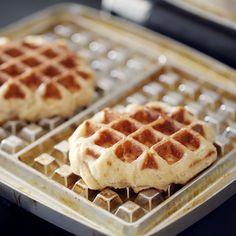 Aaaah, les gaufres liégeoises. Qu'est-ce que c'est bon avec ces petits grains de sucre qui caramélisent à la cuisson. C'est très différents des gaufres cla Biscuit Cake, Biscuit Cookies, Cooking Chef, Cooking Recipes, Crepes And Waffles, Pancakes, Desserts With Biscuits, Waffle Bar, Waffle Recipes