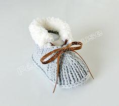 Chaussons bébé, Chaussons bébé tricotés( Gris-blanc) est une création orginale de feetricoteuse sur DaWanda