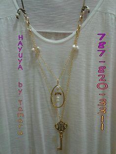 Collar en Suede, cadena, perlas de agua fresca y espectacular llave con detalles de lazo y gigantezca gota en brass.