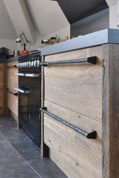 Brooke likes : beautiful raw wood drawer fronts Barn Kitchen, Kitchen Board, Kitchen Dining, Kitchen Cabinets, Kitchen Appliances, House Extension Design, Cuisines Design, Küchen Design, Cabinet Design