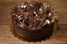cum se decoreaza un tort simplu de ciocolata cu elemente crocante Diet Desserts, Delicious Desserts, Costco Chocolate Cake, Coconut Flour Bread, Dessert Drinks, Something Sweet, Cheesecake Recipes, Beautiful Cakes, Yummy Cakes