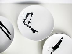 Porcelain paint to customise plates. (daily perfect moment: 2 minutes black and white DIY) Ceramic Painting, Diy Painting, Pottery Painting, Black And White Plates, Black White, Keramik Design, Art Diy, Diy Calendar, Painted Plates