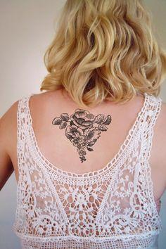Dieses Design floral Tätowierung sieht absolut atemberaubend, auf der Rückseite des Halses. Ich liebe diese Platzierung für eine Tätowierung, so