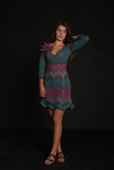 Pletené+šaty+Lily+of+the+Valley+-+vel.+36/38+Nová+kolekce+podzim+2016+-+Be+a+Woman+Ručně+pletené+elegantní+šaty,+model+je+upletený+empírové+linii.+Horní+část+vepředu+s+překříženým+efektem,+sukně+pletená+bez+postranních+švů+cik-cak+vzorkem,+rukávy+zakončeny+opět+cik-cak+vzorkem.+Efektní+zdobení+v+podobě+velké+pletené+květiny,+která+je+na+brožovém+můstku....