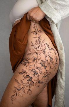 Side Leg Tattoo, Side Thigh Tattoos Women, Thigh Piece Tattoos, Back Piece Tattoo, Sexy Tattoos For Women, Tattoos For Women Flowers, Tattoos For Women Half Sleeve, Leg Sleeve Tattoo, Hip Tattoos