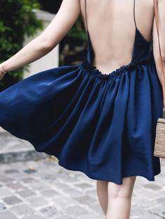 Mêlant simplicité et dos nu froncé, cette petite robe Lou Ty a tout bon !