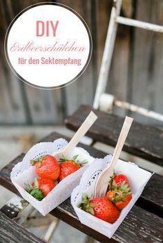Süße Erdbeerschälchen für deine Sommer-Hochzeit. Perfekt für den Sektemfpang. Die Anleitung findest du auf www.brautrezepte.de