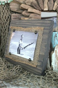 Scrap Wood And Burlap Picture Frame Easy photo holder made from scrap wood. Full tutorial Easy photo holder made from scrap wood. Scrap Wood Crafts, Scrap Wood Projects, Easy Woodworking Projects, Diy Projects, Woodworking Files, Woodworking Furniture, Barn Board Projects, Scrap Wood Art, Woodworking Planes