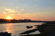 W górę mostu Świętokrzyskiego znajduje się plaża Starej Pragi
