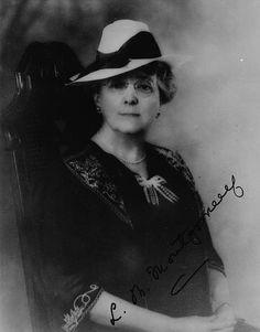 Lucy Maud Montgomery, auteure de « Anne Of Green Gables ». (BAC, Mikan 3623452, Mention : Bibliothèque et Archives Canada / C-011299.  Restrictions on use: Aucune.  Droit d'auteur : Perimé.  Trademark: Anne of Green Gables Licensing Authority Inc.)