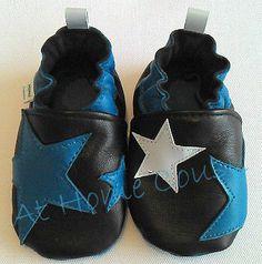 Chaussons cuir souple At Home Cousu de la collection étoiles.Noir et bleu, taille 3. étoiles sous chaque pied dans les deux premières tailles. Disponible et plusieurs tailles, plusieurs coloris.
