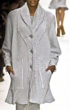 Issey Miyake, LOVE his style. This coat is spectacular. Japanese Sewing, Japanese Style, Japanese Fashion Designers, Knit Fashion, Issey Miyake, Western Outfits, Contemporary Fashion, Passion For Fashion, Knitwear