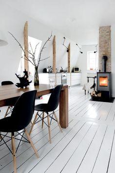 Eetkamer met witte houten vloer en houtkachel. Door Ietje