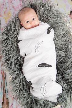 Kuschelweiche Swaddles aus Bio Baumwolle mit Feder Motiv. Baby Car Seats, Children, Kids, Onesies, Cuddling, Cotton, Young Children, Young Children, Kid