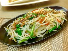 by Chuan-Nu Lien leek and bean sprout Clean Eating Recipes, Cooking Recipes, Asian Recipes, Ethnic Recipes, Easy Recipes, Taiwanese Cuisine, Taiwan Food, Molecular Gastronomy, Food Cravings