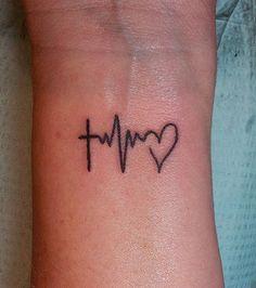 un tatouage qui mêle battement du coeu et religion