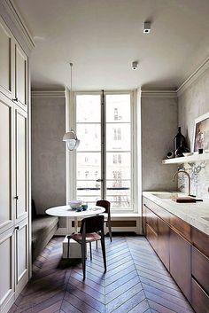 Apartment Kitchen, Kitchen Interior, Kitchen Design, Kitchen Ideas, Kitchen Themes, Parisian Kitchen, Modern French Kitchen, Classical Kitchen, French Kitchen Decor