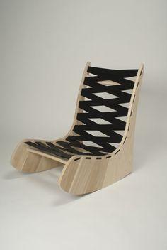 Rocking chair diseñada por Artemis Tsantekidou es una pieza hecha de madera de pino, cortada a la forma de una silla y ensamblada por medio de caja y espiga, creando el respaldo por medio de un textil. -AK