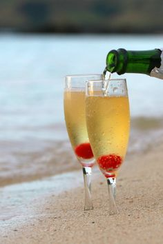 Une coupe de Champagne au bord de la plage en lune de miel avec son mari ...c'est juste TOP !