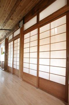 I really love these sliding doors. I wish had them in my own home, but in a Dark Olive Green ❤️❤️❤️❤️ Cherry Tree Design Room Dividers Japanese Style Sliding Door, Japanese Style Bed, Japanese Bedroom, Japanese Screen, Japanese Interior, Japanese Design, Asian Interior, Shoji Doors, Shoji Screen
