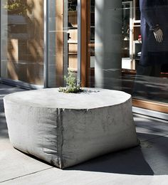 Flowerpot made by huge bag as formwork (bag used to carry sand and gravel with a crane) // Cantero de hormigon con saca de arena como encofrado /// Takeo Kikuchi flgship store Concrete Bench, Concrete Cement, Concrete Furniture, Concrete Design, Concrete Planters, Urban Furniture, Garden Furniture, Concrete Crafts, Concrete Projects