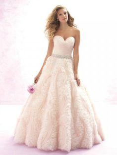 Robes de mariée femme princesse en tulle orné fleurs ceinture en étoffe chic et glamour