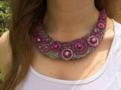 El yapımı, keçe üzerine kum boncuklar ile işlenmiş pembe-gümüş renkli kolye...    Fiyatı 60 TL  http://merving.com/shop/9-shop/28-el-yapimi-pembe-gumus-kolye.html  #handmade #satış #kolye #necklace #kendiyap #kecekolye #elyapimi #elemegi #bignecklace