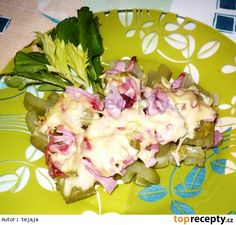 Zapečený řapíkatý celer-Řapíky celeru nakrájíme na přiměřeně dlouhé kousky. V osolené vodě je uvaříme doměkka. Po okapání je skládáme do zapékací misky, posypeme nasekanou šunkou, strouhaným sýrem, okořeníme zeleným pepřem a zapečeme. Ihned podáváme s bílým nebo celozrnným pečivem. Potato Salad, Potatoes, Breakfast, Ethnic Recipes, Food, Morning Coffee, Potato, Essen, Meals