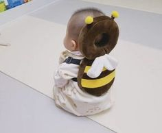 This Bee Shaped Baby Backpack Protects Babies Heads If They Fall Over Bienenförmiger Baby-Kopfschutz-Rucksack Unique Gifts (Visited 3 times, 1 visits today) So Cute Baby, Baby Kind, Cute Kids, Cute Babies, Funny Babies, Baby Kostüm, Baby Set, Fox Baby, Child Baby
