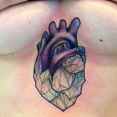 Tatouage cœur de cristal.