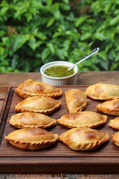 Empanadas argentines traditionnelles en présentation avec une sauce chimichurri