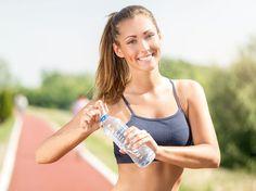 Faire du renforcement musculaire avec pour seul matériel deux bouteilles d'eau, c'est possible ! Découvrez cette séance très complète, à faire à la maison,...