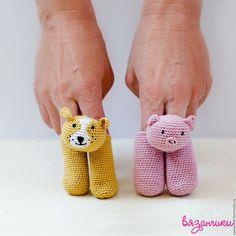 Crochet Art, Crochet Patterns Amigurumi, Crochet For Kids, Crochet Dolls, Knitting Patterns, Knitted Animals, Cat Crafts, Stuffed Toys Patterns, Mitten Gloves