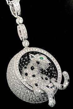 """Collier """"Panthère"""" Or gris, Diamants, Émeraudes, Onyx. © Cartier 2013 Crédit Éditions Assouline"""