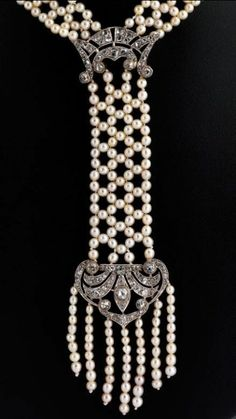 Art Deco natural pearl and diamond necklace Neck width: 54 cm. Length of the central part: approx. 11.6 cm Total weight: approximately 35.1 g. Platinum. Probably France, circa 1920. elaborately knotted Art Deco necklace with small, slightly...