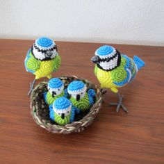 MieksCreaties: Vogels - so cute pair of blue tits crochet with a nest and chicks!