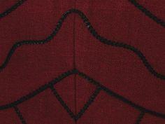 Sehr schönes rotes Trachtenmieder klassisch, wunderschön verziert mit schwarzer Posamentenborte. Verschlossen wir es mit Haken und Ösen vorne.  Die Bluse ist nicht dabei. Das Mieder ist kaum...