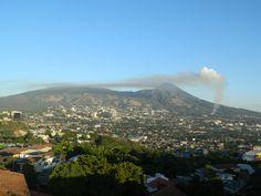 Columna de humo por incendio forestal en Volcán de San Salvador. Vía @GioFlores