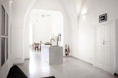 Die 75 Quadratmeter große Ferienwohnung besteht aus einem großen Koch-Ess-Wohn-Zimmer, einem geräumigem Schlafzimmer mit angrenzendem Duschbad und separatem WC. / / / / / / / / / casapolpo.com (Ferienwohnung) CASA POLPO appartamento #italien #apulien #monopoli #puglia #italia #urlaub #ferienwohnung #casapolpo #interior