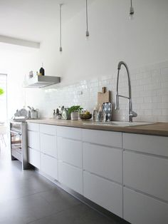 Hottest new Kitchen and Bath Trends for 2019 and 2020 Handleless Kitchen, Cocinas Kitchen, White Kitchen Cabinets, Kitchen Tiles, New Kitchen, Kitchen Dining, Kitchen Decor, Upper Cabinets, Kitchen White