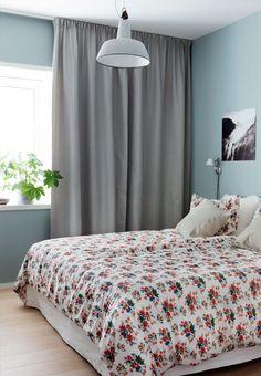Highlights fra BO BEDRE: Lejlighed i Oslo med design og farvede detaljer Floor To Ceiling Curtains, Bedroom Wall Colors, Bedroom Ideas, Pink Home Decor, Floral Bedding, Oslo, Modern Lighting, Villa, Flooring