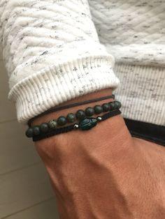 Bracelet fabriqué par mes soins, ajustable à votre poignet grâce a un noeud coulissant en macramé . Cordon en nylon très resistant noir avec des perle semi précieuse de 4mm en hématite et une perle swarovski en forme de scarabée couleur vert sapin.  ////////  Livré dans une petite pochette // Possibilité dune carte cadeau N hésitez pas à me contacter pour toute demande personnalisé !!! Changement de taille, breloque différente, etc   Merci de votre visite Lesptitskdo