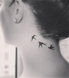 Tatouage cou, des oiseaux qui volent