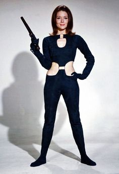 "Diana Riggs handles a pistol in the cult British television series The Avengers playing the secret agent Mrs Emma Peel. On the big screen she became a Bond girl in ""On Her Majesty's Secret Service"" playing Tracy Bond, James Bond's only wife. Emma Peel, Style Année 60, Mode Style, Style Icons, The Avengers, Avengers Women, Diana Riggs, Ali Mcgraw, Dame Diana Rigg"