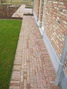 Klassieke tuin - Buijtels Buitengewone Tuinen Brick Path, Brick Garden, Garden Paving, Garden Paths, Outdoor Walkway, Paver Walkway, Walkways, Sloped Garden, Garden Cottage