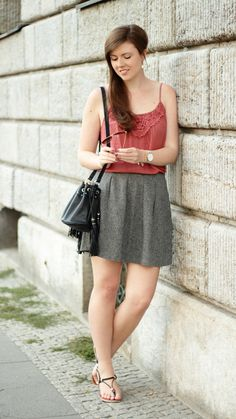 Summeroutfit | summer outfit | rock | skirt | grey | grau | top | girl | girly | brunette | brown hair | bucket bag | fringes | summerlook | summer look | fashion | fashionblogger | outfit | outfitinspiration