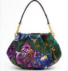 92a6d01d44e A bolsa pertence à ultima coleção da grife italiana e possui as padronagens