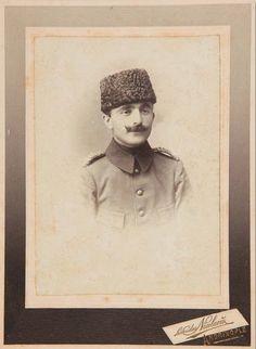 Soğuk bir eylül sabahı Yağız at üstünde yiğit, Oluk oluk akıttı Rus'un kanını, Ermeni'ye vermedi geçit.
