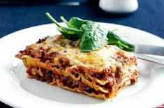 Easy lasagne - You'll have everyone gobbling up this simple yet tantilising Italian classic. With tomato sauce, oregano, pasta and mince there is no going wrong with this flavour combination. Lasagne Recipes, Pasta Recipes, Chicken Recipes, Meal Recipes, Ricotta Stuffed Chicken, Carbonara Sauce, Making Gnocchi, Chicken Parmigiana, Crumble Recipe