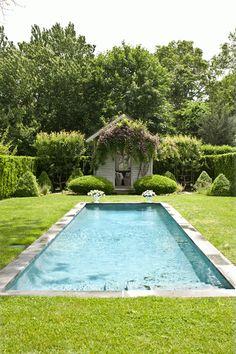 azul piscina y verde hierba. La casita al fondo del jardín es aún más fantástica.
